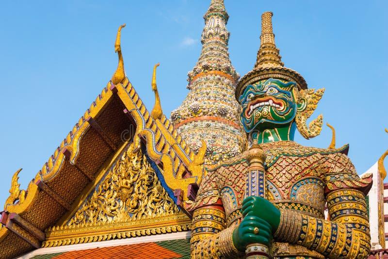 Estatua gigante en el templo de Emerald Buddha (kaew del pra de Wat), palacio magnífico, Bangkok, Tailandia imagen de archivo