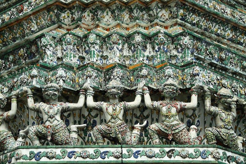 Estatua gigante en pagoda imagen de archivo libre de regalías