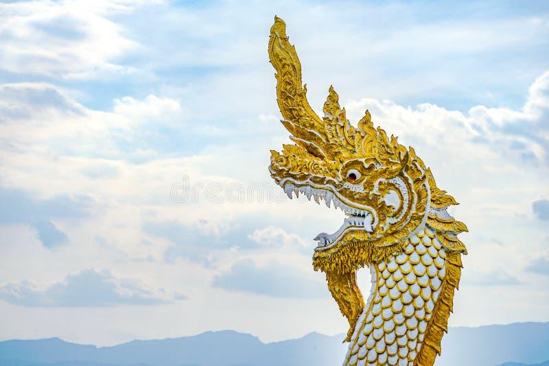 Estatua grande de la serpiente del oro blanco en el lago de la provincia de Phayao, al norte de Tailandia imagen de archivo libre de regalías