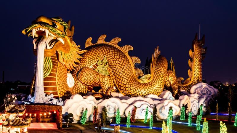 Estatua grande en la noche, Supanburi, Tailandia del dragón imagen de archivo libre de regalías