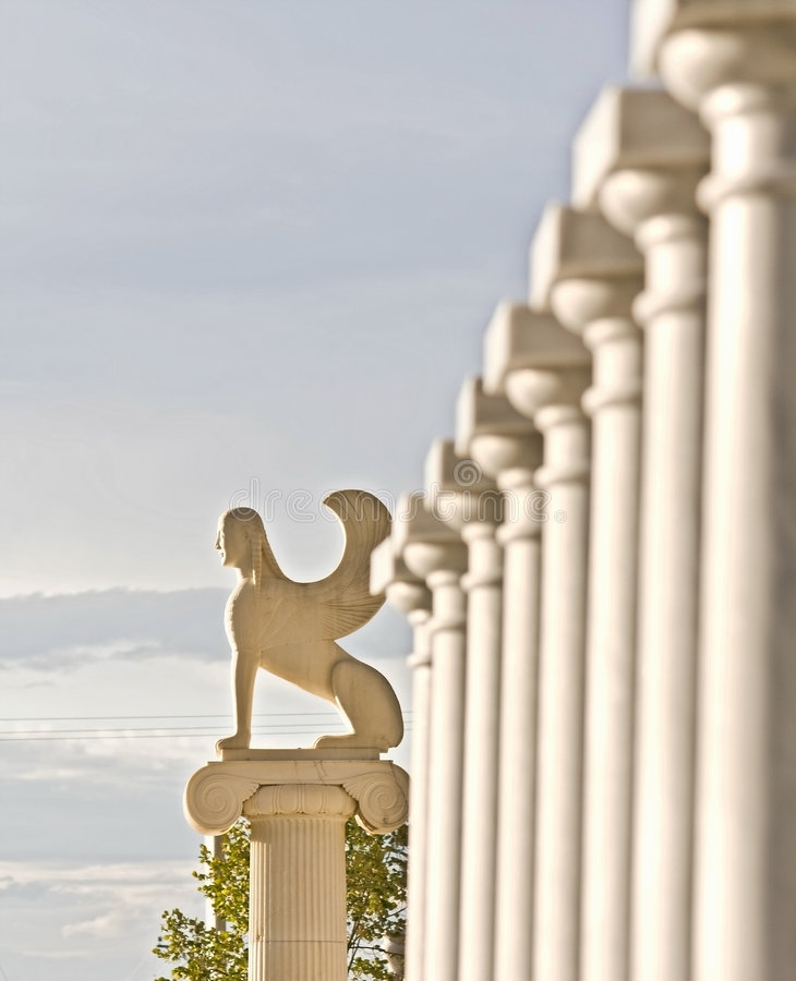 Estatua griega con los colums fotografía de archivo libre de regalías