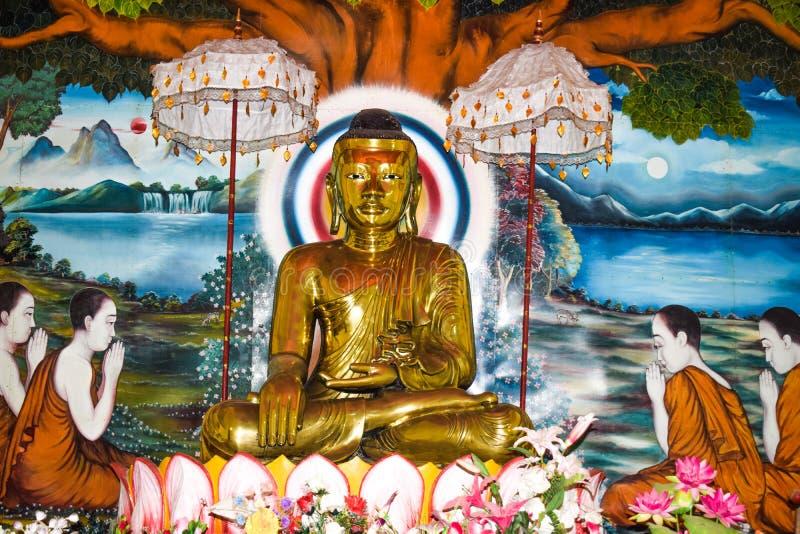 Estatua hecha con oro sólido real de Buda gautama en una aldea rural para adoradores imagenes de archivo