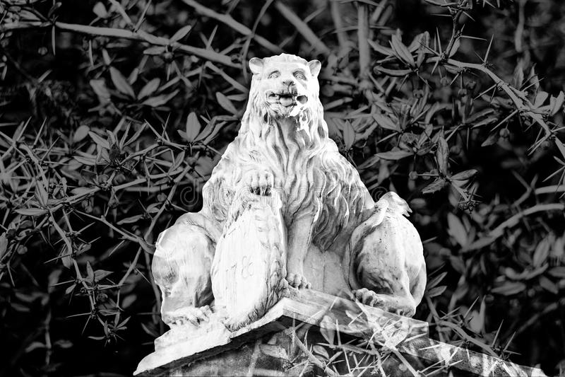 Estatua hermosa de un león de piedra místico con dos cuerpos imagen de archivo libre de regalías