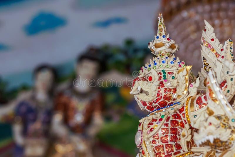 Estatua hermosa del garuda adornada en templo budista imagenes de archivo