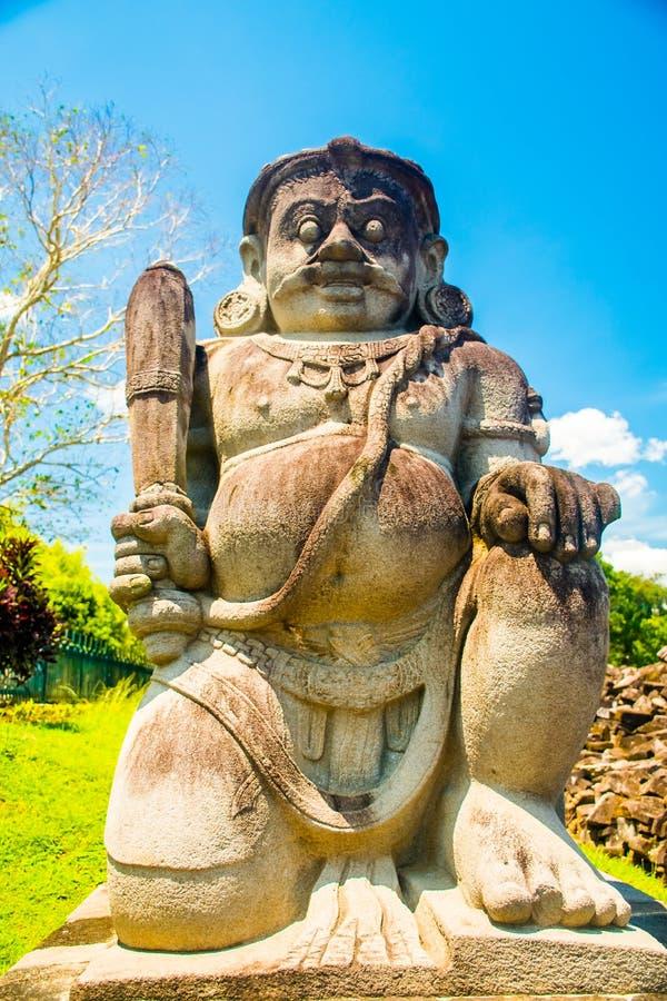 Estatua hindú en el templo hindú viejo místico antiguo de Prambanan cerca de Yogyakarta, isla Indonesia de Java imagenes de archivo