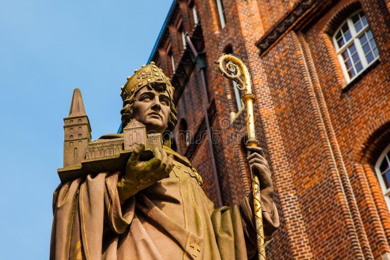 Estatua histórica de Bischof Ansgar en Hamburgo fotos de archivo libres de regalías