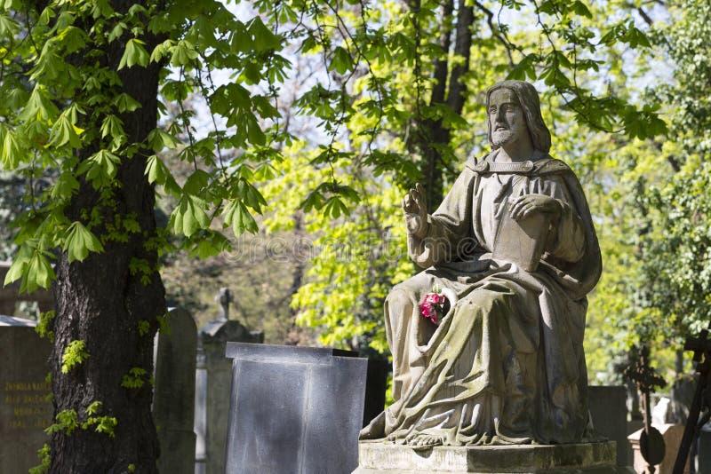 Estatua hist?rica en el cementerio viejo de Praga del misterio, Rep?blica Checa imagen de archivo libre de regalías