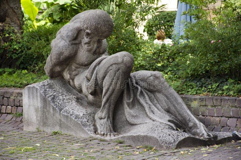 Estatua humana del arte en al aire libre en jardín en la ciudad vieja de Heidelberg en Alemania foto de archivo