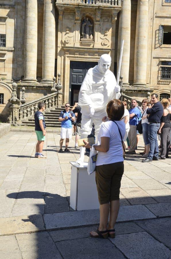 Estatua humana delante de la catedral de Santiago de Compostela foto de archivo libre de regalías