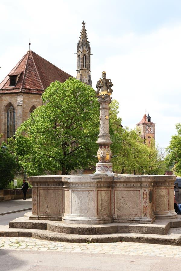 Estatua, iglesia y torre en el der Tauber, Alemania del ob de Rothenburg imágenes de archivo libres de regalías