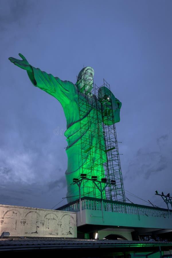 Estatua iluminada de Cristo en Cristo Luz Complex con las reparaciones que ocurren - Balneario Camboriu, Santa Catarina, el Brasi fotos de archivo