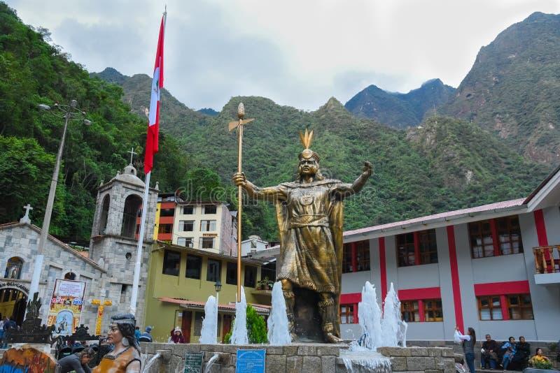 Estatua Incan de dios en la plaza principal de la ciudad de Calientes de los Aguas foto de archivo libre de regalías