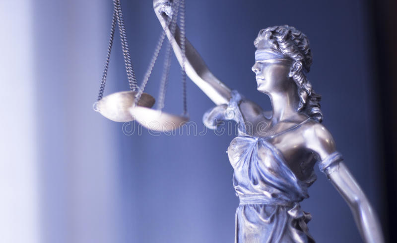 Estatua legal de la justicia en oficina del bufete de abogados foto de archivo libre de regalías