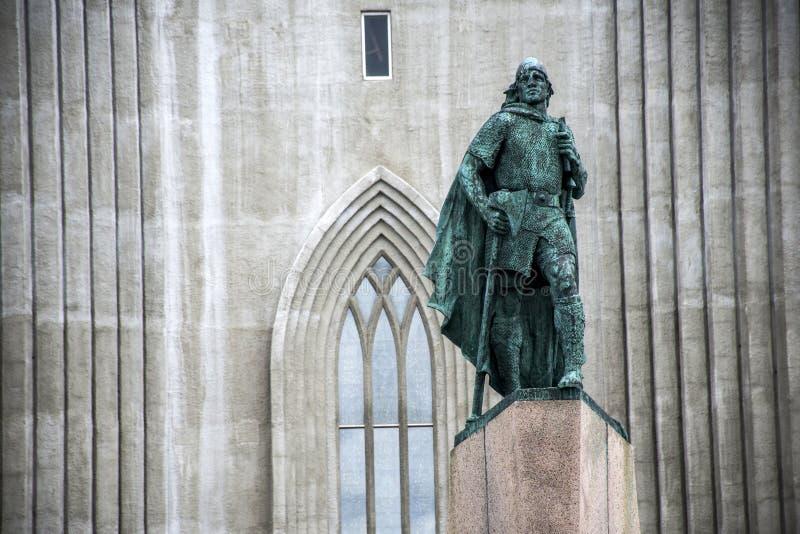 Estatua Leif Eriksson delante de la iglesia famosa Hallgrimskirkja Reykjavik Islandia imagenes de archivo