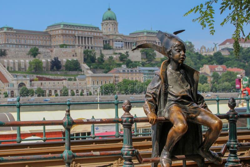 Estatua medieval del bufón del muchacho en Budapest fotografía de archivo