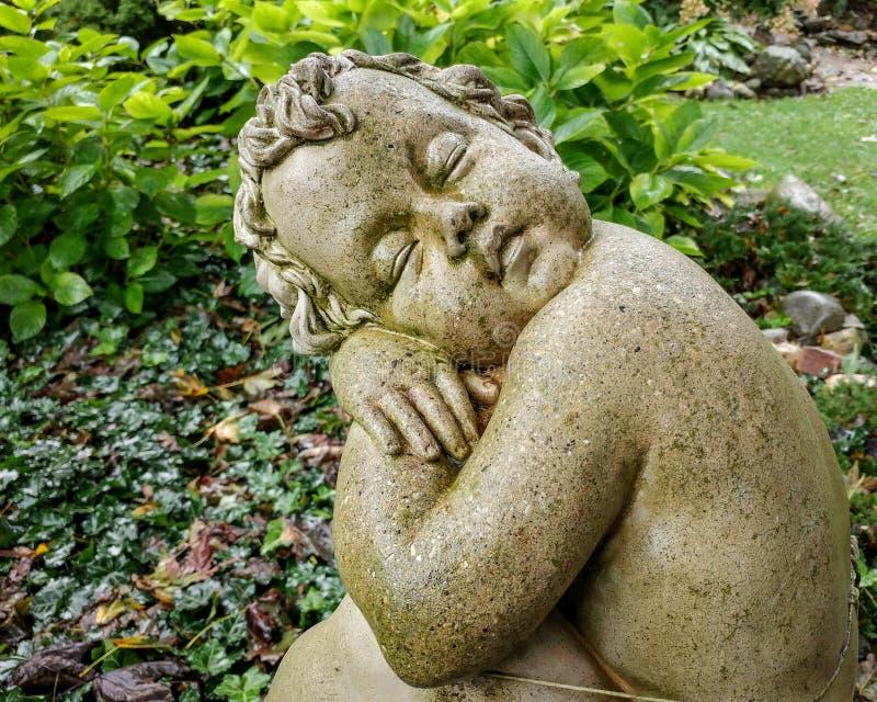 Estatua mojada de una querube imágenes de archivo libres de regalías