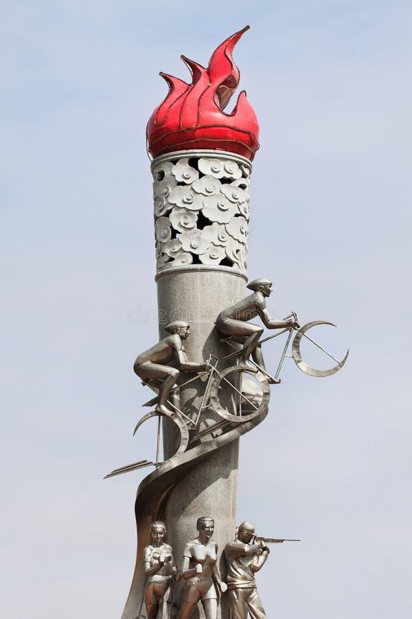 Estatua olímpica de la antorcha en la base de entrenamiento nacional de los deportes de Duoba, China fotos de archivo libres de regalías