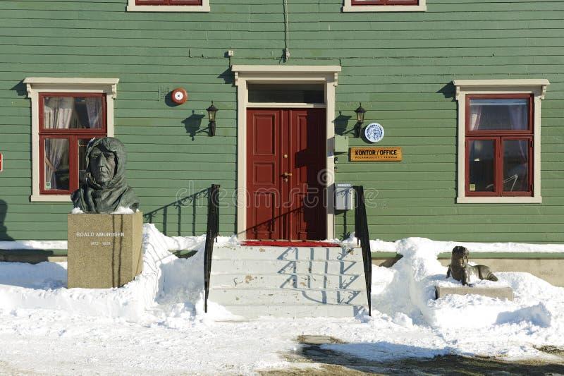 Estatua polar de Roald Amundsen del explorador delante del entrancein polar Tromso, Noruega del museo imagen de archivo