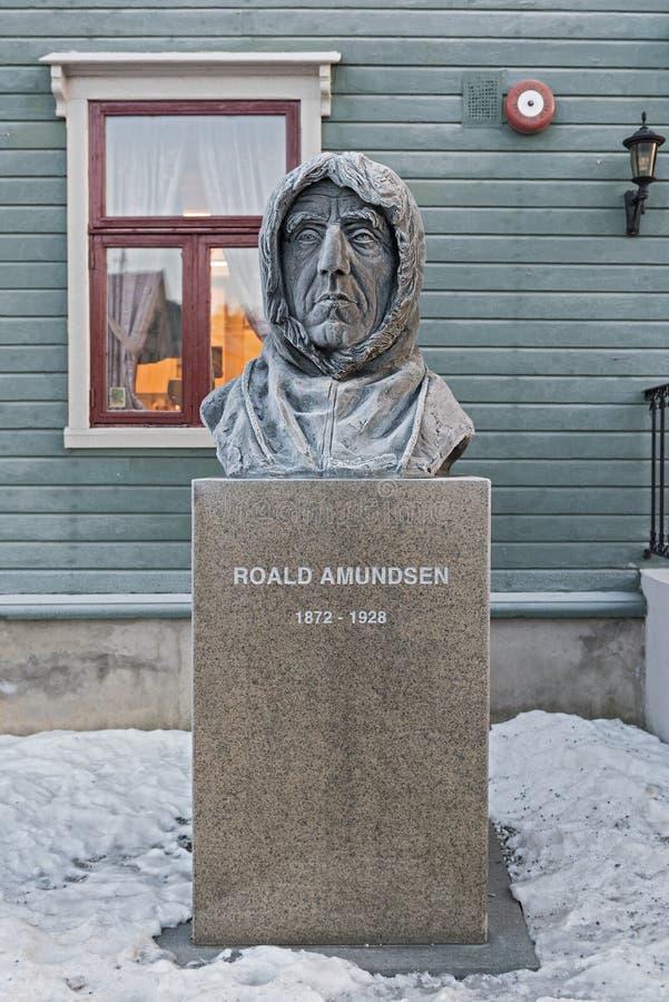 Estatua polar de Roald Amundsen del explorador delante del museo en Tromso, Noruega fotografía de archivo libre de regalías