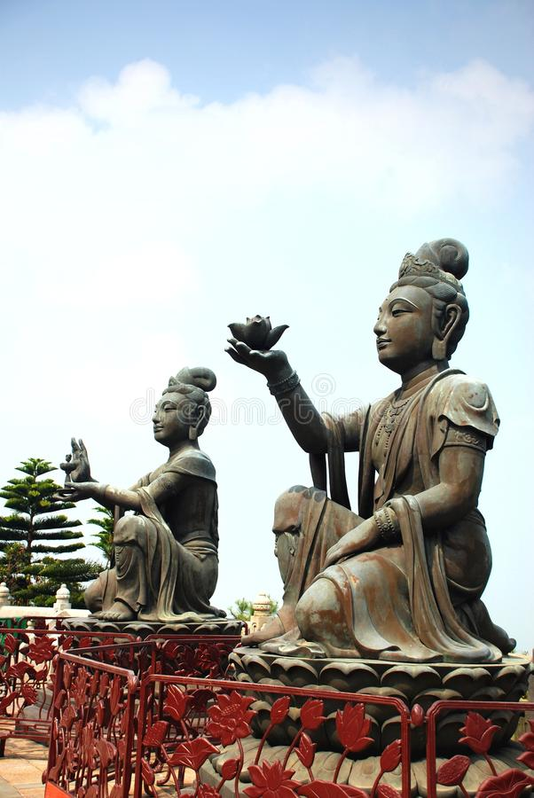 Estatua Puja Bodhisattva en el pie del gigante Buda Po Lin de Tian Tan imagenes de archivo