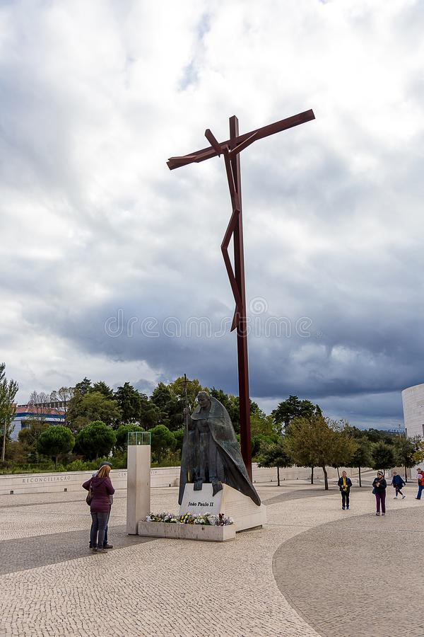 Estatua que representa la crucifixión y al papa Juan Pablo II fotos de archivo libres de regalías