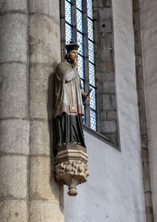 Estatua, Saint John de Nepomuk, iglesia del santo Vitus, Cesky Krumlov, República Checa fotos de archivo