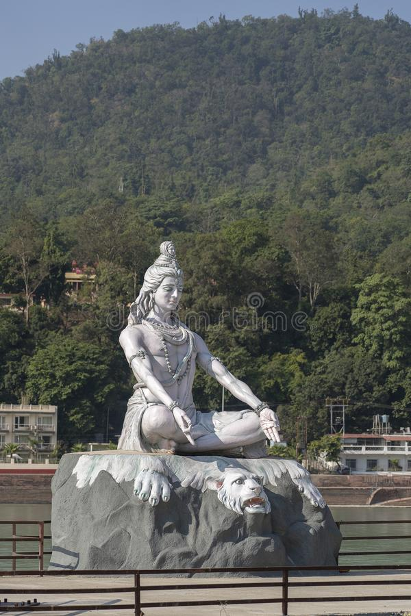 Estatua Shiva, ídolo hindú en el río el Ganges, Rishikesh, la India foto de archivo libre de regalías