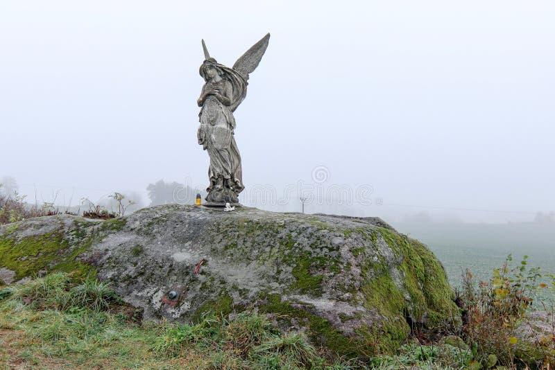 Estatua solitaria de un ángel en los campos foto de archivo libre de regalías