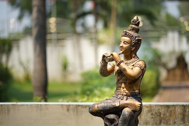 Estatua tailandesa con música del juego imagenes de archivo