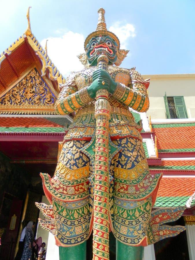 Estatua tailandesa de la espada de la cara del verde de Jade Buddha Temple del palacio real fotos de archivo