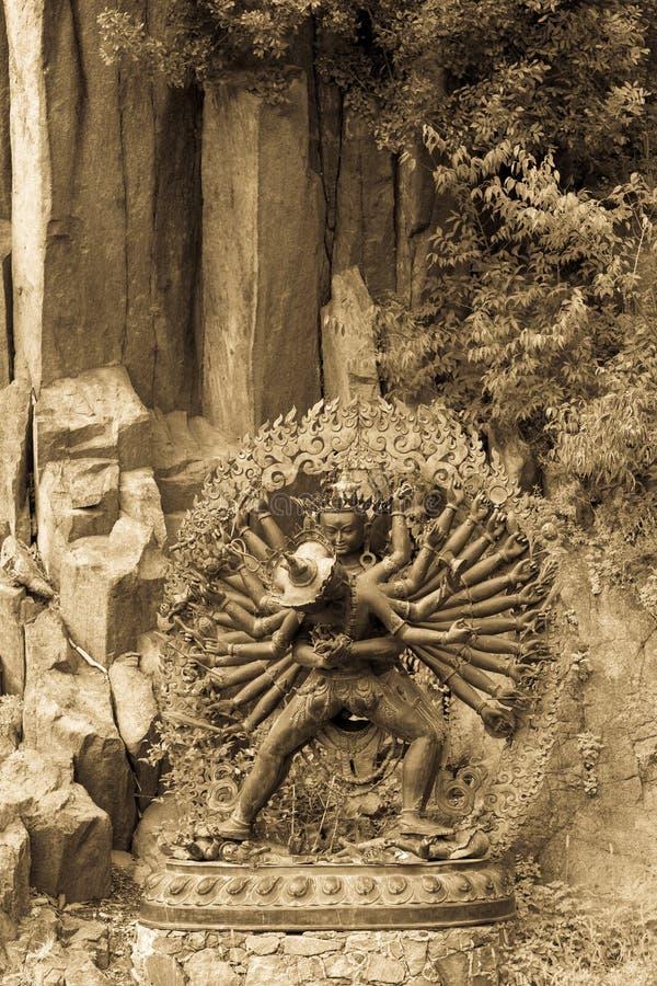 Estatua Tantric de las deidades en el abrazo ritual situado en una montaña g foto de archivo