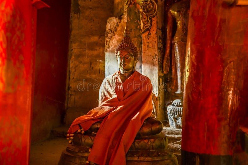 Estatua vieja de Buda en sombra ligera del nad fotos de archivo libres de regalías