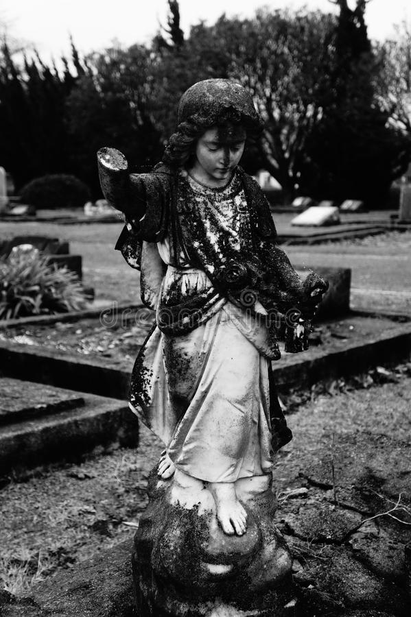 Estatua vieja del ángulo en cementerio imágenes de archivo libres de regalías