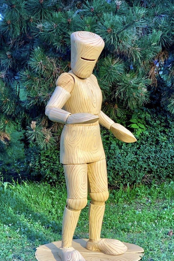 Estatua viva del ejecutante de la calle en el traje de madera de la marioneta fotos de archivo libres de regalías