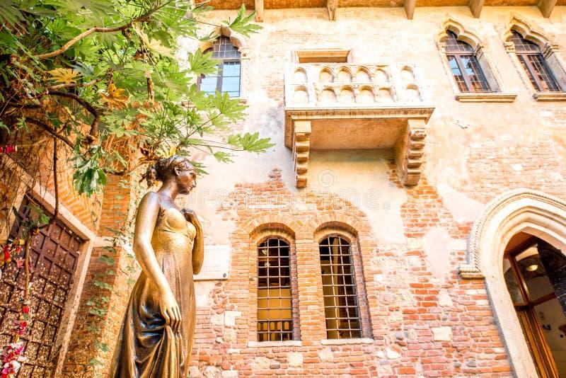Estatua y balcón de Juliet en Verona imágenes de archivo libres de regalías