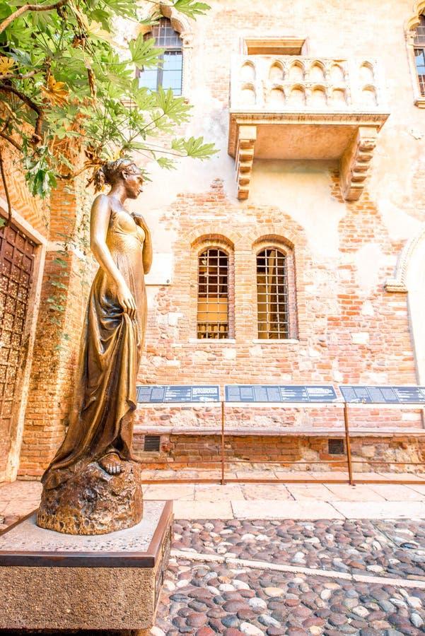 Estatua y balcón de Juliet en Verona imagen de archivo libre de regalías