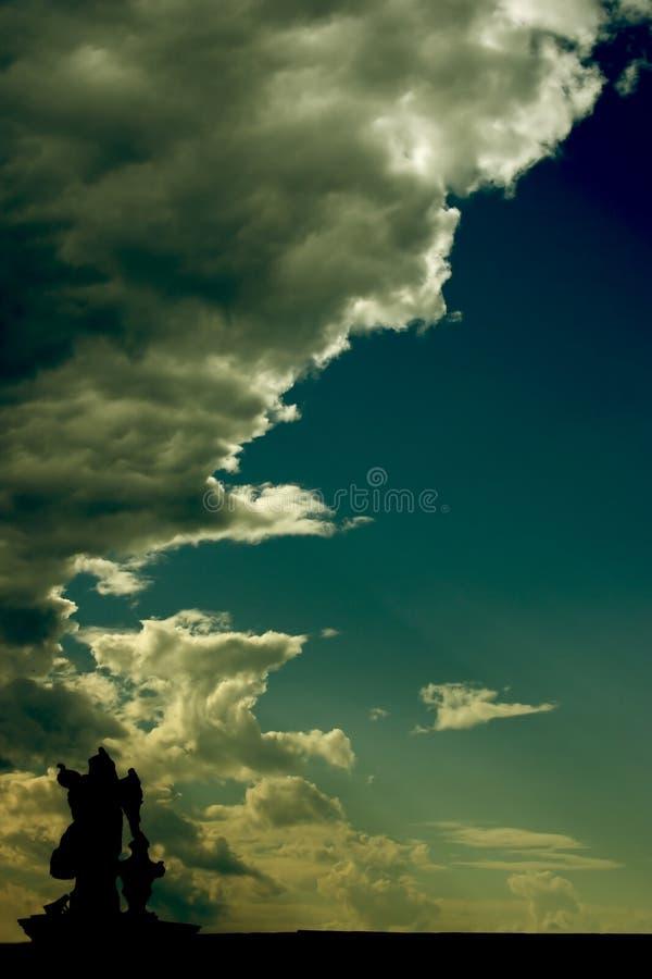 Estatua y cielo fotos de archivo