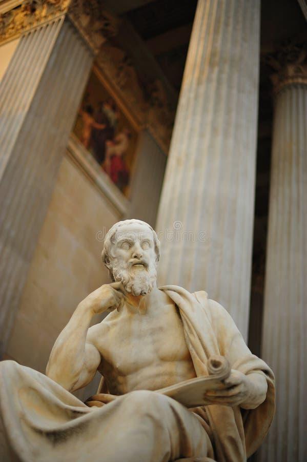 Estatua y columnas clásicas fotografía de archivo libre de regalías