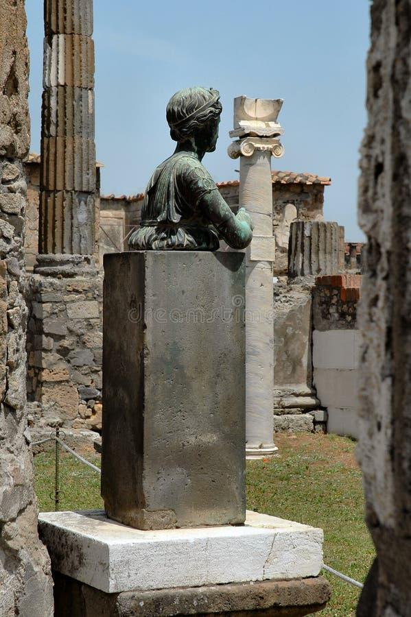 Estatua y columnas en Pompeii, Italia imágenes de archivo libres de regalías