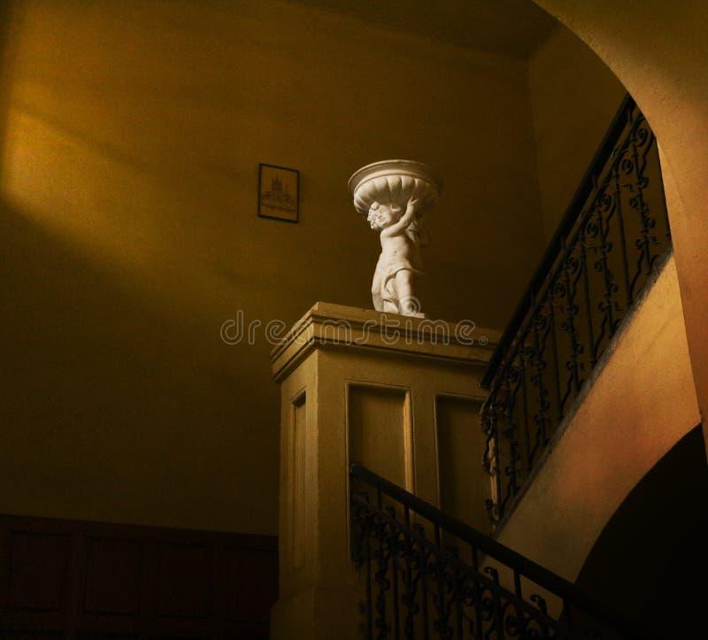 Estatua y escaleras imagen de archivo libre de regalías