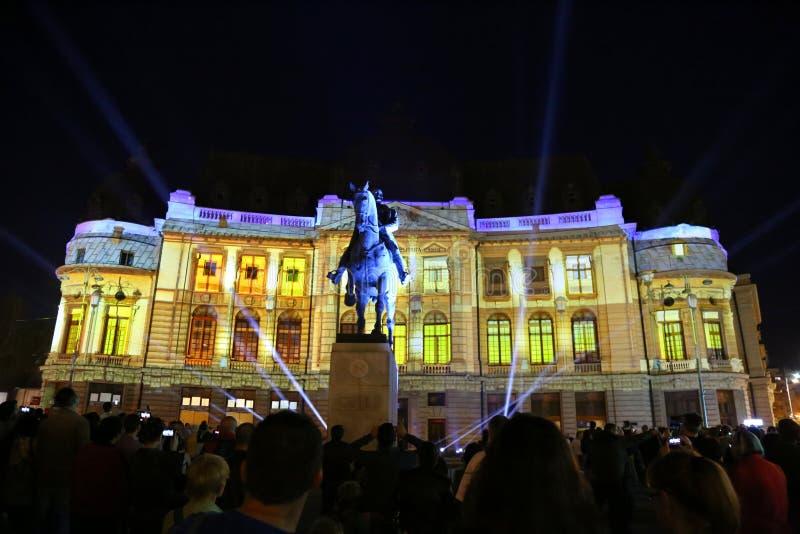 Estatua y noche central de la biblioteca de universidad, festival del villancico I de las luces 2018 imagenes de archivo