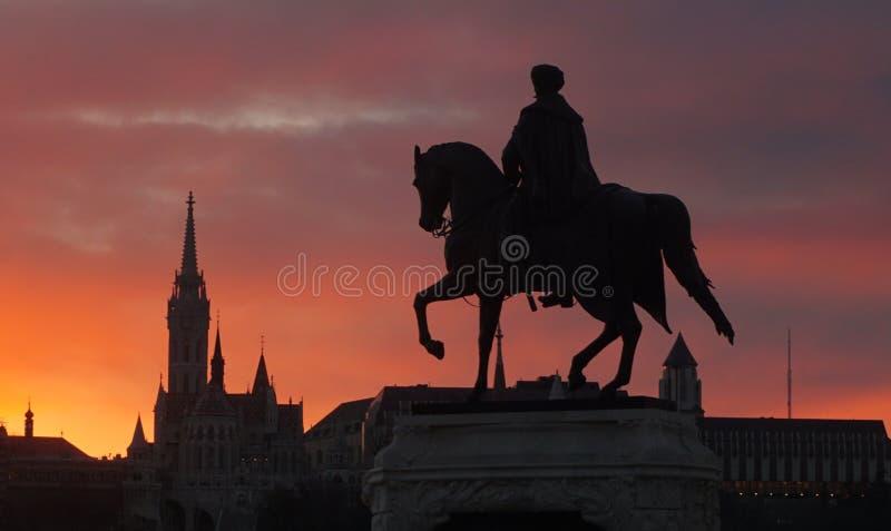 Estatua y St Matthias Church, Budapest, Hungría imagen de archivo