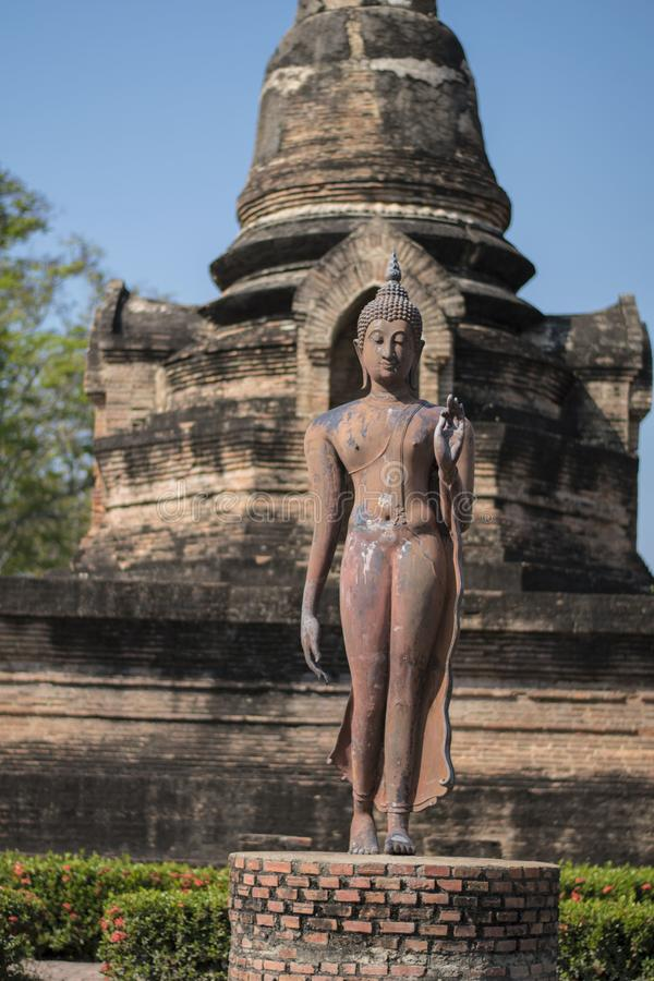 Estatua y templo budistas en Sukhotai fotografía de archivo