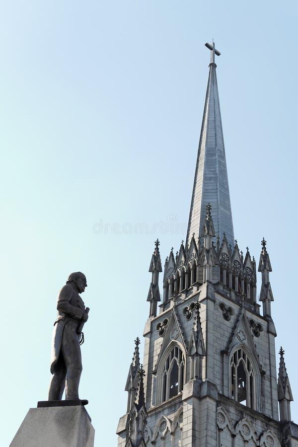 Estatua y torre Petropolis del hombre foto de archivo