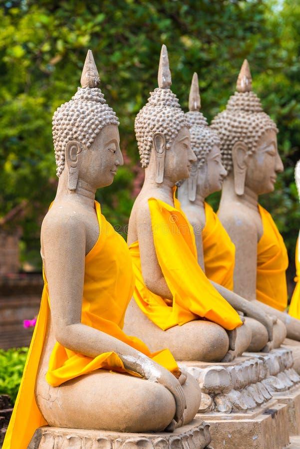 Estatuas alineadas de Buda en Wat Yai Chaimongkol Ayutthaya Bangkok Tailandia imagen de archivo libre de regalías