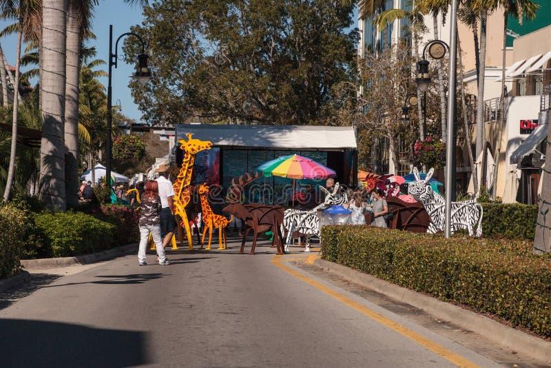 Estatuas animales en la entrada de la 40.a N?poles anual Art Festival nacional en la 5ta calle fotografía de archivo