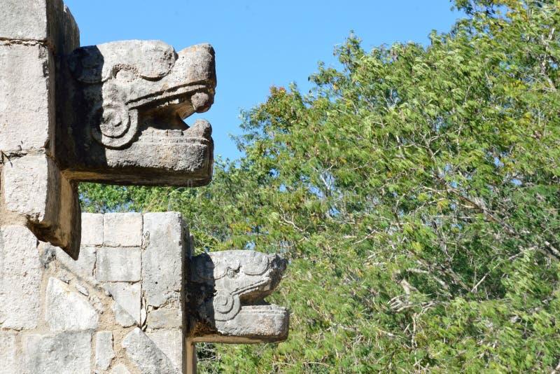 Estatuas animales en pared en Chichen Itza foto de archivo libre de regalías