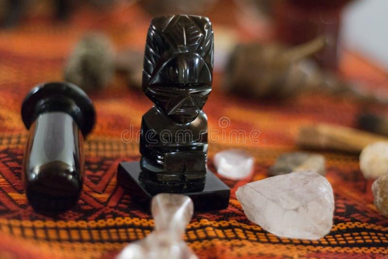 Estatuas animales totémicas de la herramienta del tótem ritual de la meditación del chamán fotos de archivo