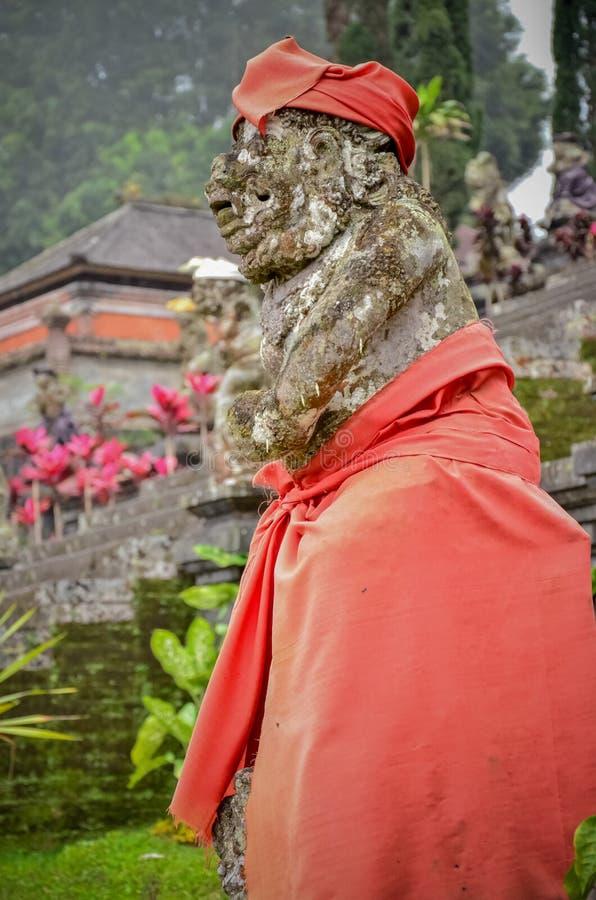 Estatuas antiguas del arte con el paño rojo en el templo fotos de archivo libres de regalías