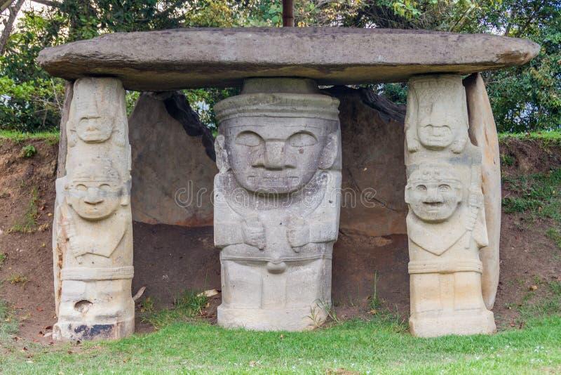 Estatuas antiguas en parque arqueológico en San Agustin fotografía de archivo